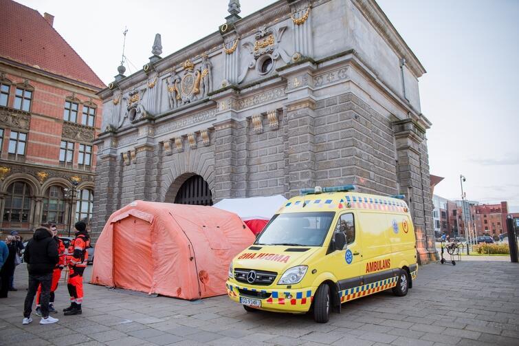 W czwartek przy Bramie Wyżynnej stanął duży pomarańczowy namiot medyczny i karetka pogotowia. Medycy udzielali w nich pierwszej pomocy osobom bezdomnym