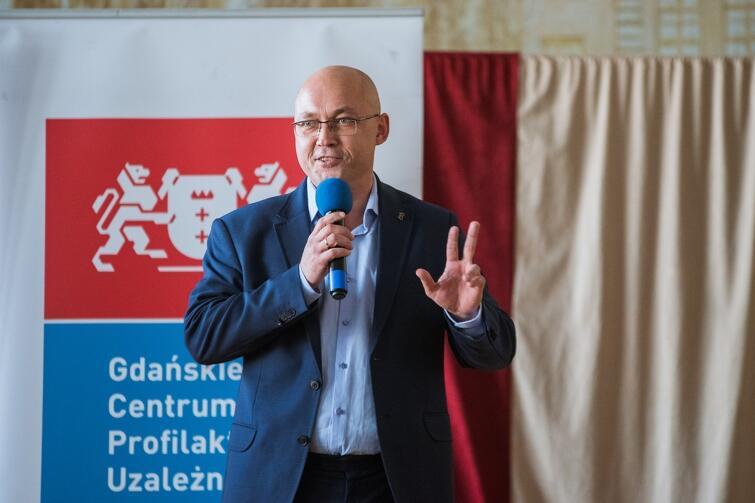 Akcję zorganizowało Gdańskie Centrum Profilaktyki Uzależnień. Nz. Radosław Nowak z GCPU podczas uroczystego powitania