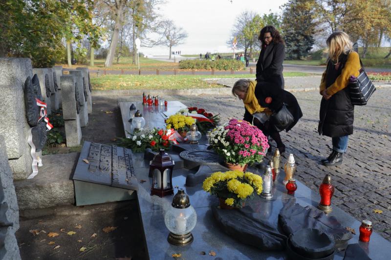 Aleksandra Dulkiewicz na Westerplatte, w dniu Wszystkich Świętych. Prezydent Gdańska towarzyszą radne Beata Dunajewska i Katarzyna Czerniewska