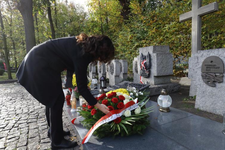 Prezydent Dulkiewicz składa wieniec w imieniu gdańszczanek i gdańszczan. Cmentarzyk na Westerplatte ma obecnie charakter symboliczny - grobów jest piętnaście, ale szczątki znajdują się w dwóch (major Henryk Sucharski i kapral Andrzej Kowalczyk). Prawdopodobnie dzięki pracom archeologicznym nieopodal tego miejsca odkryto szczątki kolejnych obrońców