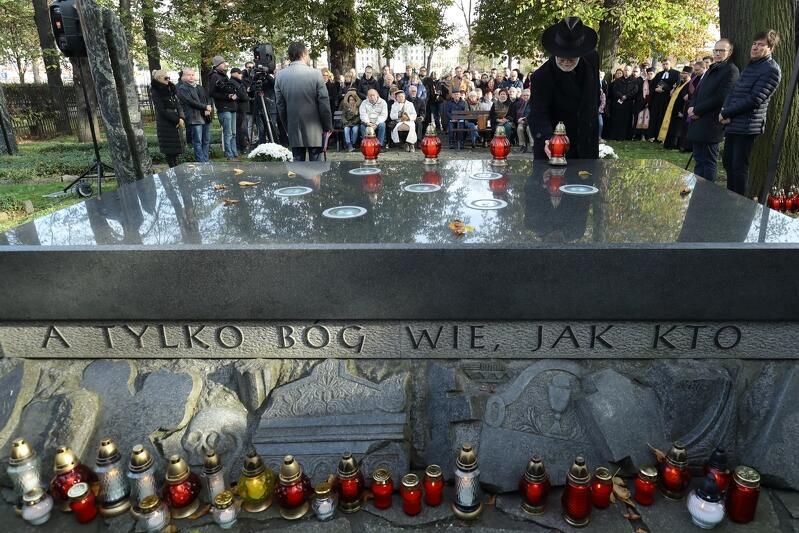 Na granitowej płycie stanowiącej centralny element cmentarza wyryto słowa poetki Maszy Kaleko: Tym, co imion nie mają na grobie, a tylko Bóg wie, jak kto się zowie