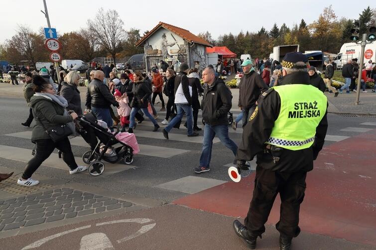Nad bezpieczeństwem osób odwiedzających mogiły bliskich czuwali strażnicy miejscy i policjanci