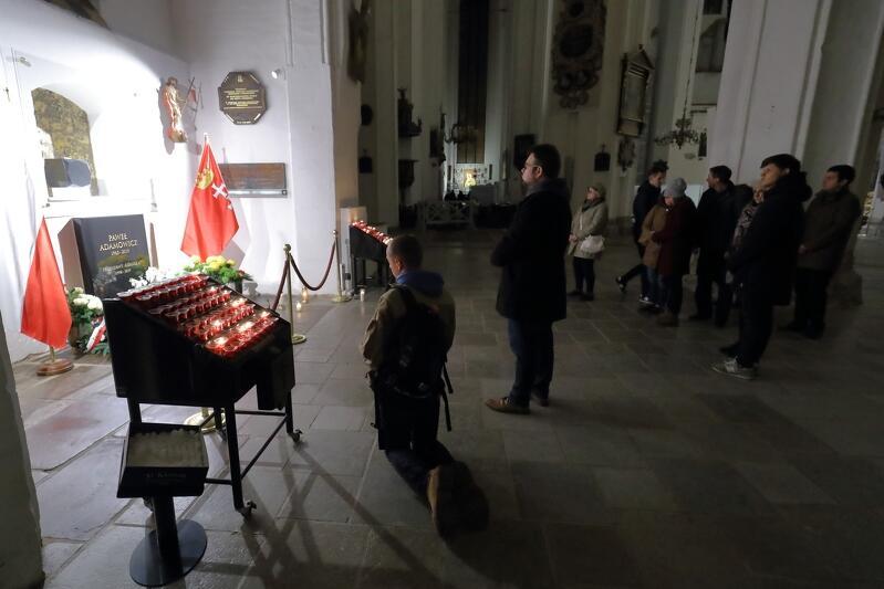 Mieszkańcy odwiedzają grób Pawła Adamowicza w Bazylice Mariackiej