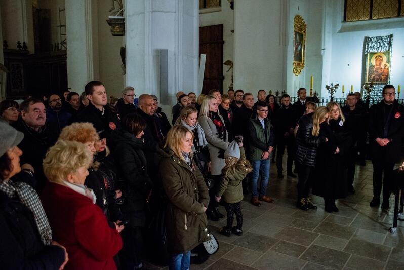 Przed rozpoczęciem mszy pod kaplicą w kościele Mariackim, w której spoczywają prochy prezydenta Pawła Adamowicza zebrali się jego najbliżsi, przyjaciele i współpracownicy by złożyć kwiaty