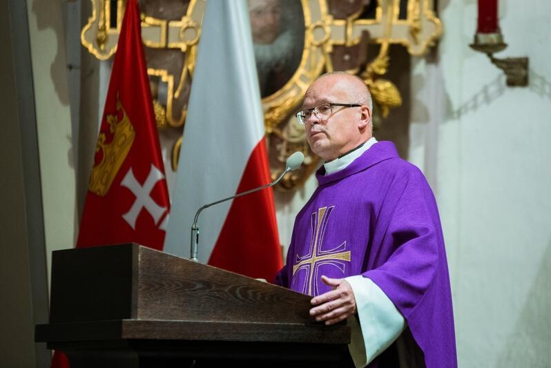 Kazanie wygłosił ks. kanonik dr Tomasz Frymark. Mówił o tysiącach zasłużonych dla Gdańska, którzy spoczywają w Bazylice Mariackiej