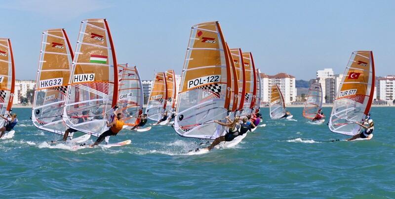 Klasa Techno 293 - jeden z wyścigów młodzieżowych mistrzostwa świata w windsurfingowej klasie Techno 293 w El Puerto de Santa Maria