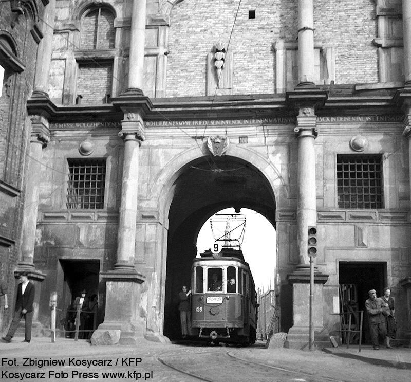 Odkryte tory przypominają o jeżdżącym jeszcze tędy jeszcze w latach 50-tych XX w. tramwaju