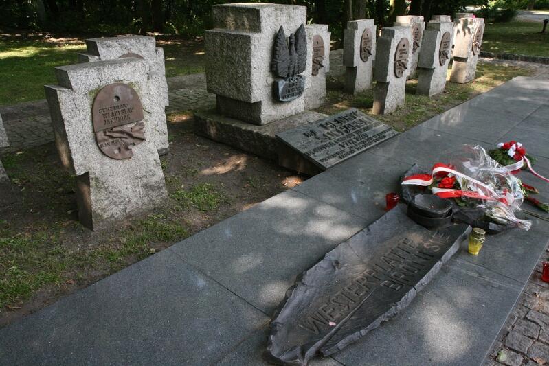 Symboliczny cmentarzyk wojskowy na Westerplatte - piętnaście płyt nagrobnych, ale szczątki obrońców kryją tylko dwie: majora Henryka Sucharskiego i kaprala Andrzeja Kowalczyka. Odkrycia archeologów mogą zmienić taki stan rzeczy