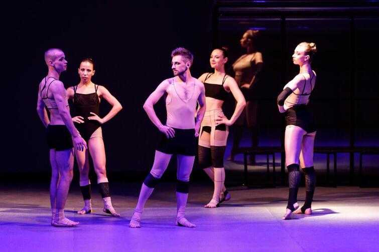 """""""Apollo"""" - performatywno-plastyczny spektakl, inspirowany baletem Igora Strawińskiego"""