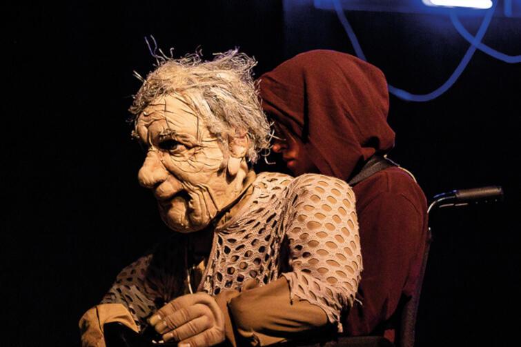 """""""Jesień na Plutonie"""" to niezależny projekt teatralny Saszko Bramy, oparty na wywiadach przeprowadzonych z mieszkańcami domów spokojnej starości. Zostanie pokazany w ramach Tygodnia Ukraińskiego w niedzielę, 10 listopada"""