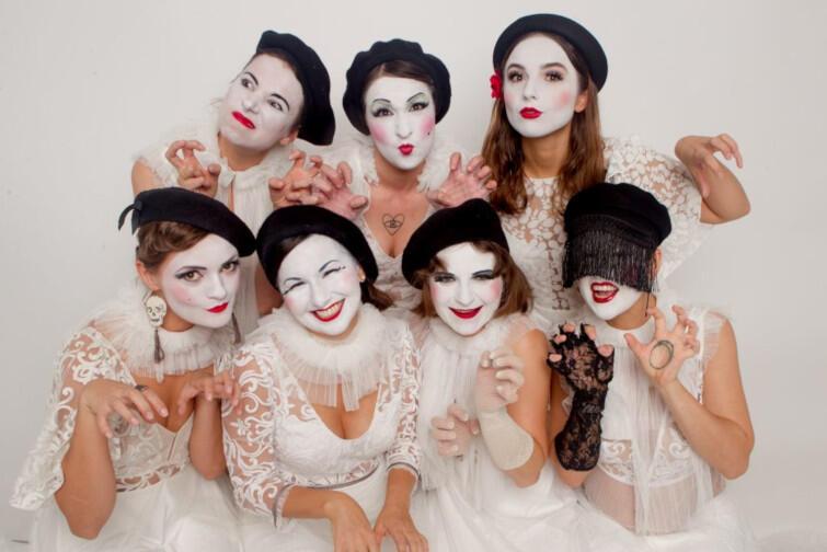 Dakh Daughters stworzyło siedem aktorek z jednego z najznamienitszych teatrów w Kijowie - DAKH. Ich twórczość oscyluje pomiędzy sztuką dramatyczną i musicalem, i znana jest na całym świecie