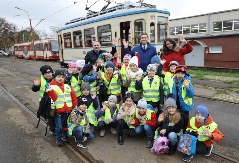 Uczniowie Szkoły Podstawowej nr 86 w Gdańsku podczas zwiedzania zajezdni