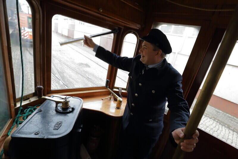 Motorniczy Rafał Piróg najpierw zabrał dzieci w podróż nowoczesnym tramwajem, a potem zabytkowym, który na gdańskie tory wyjeżdża tylko podczas specjalnych okazji