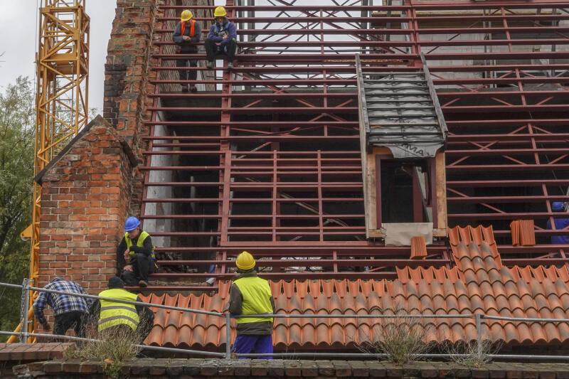 Rozpoczęło się układanie dachówek na dachu remontowanego Wielkiego Młyna