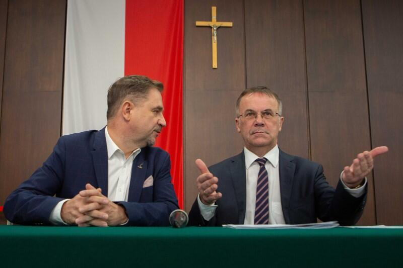 Od lewej - przewodniczący NSZZ Solidarność Piotr Duda i wiceminister kultury Jarosław Sellin w gdańskiej Sali BHP. Piotr Duda: 'Uważamy, że ECS nie promuje prawdziwej Idei Solidarności. Dlatego niech ECS robi swoje, a my jako związek, będziemy starali się przedstawiać historię związku w ramach Instytutu'.