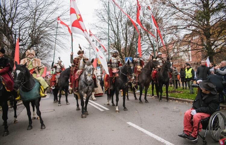 Na zdj.: Parada Niepodległości w Gdańsku idzie ulicami Śródmieścia (2018 rok)
