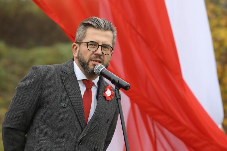 Dyrektor Hevelianum Paweł Golak, zdjęcie z ubiegłorocznej uroczystości wciągnięcia flagi RP na 42-metrowy maszt w 100-Lecie Niepodległości