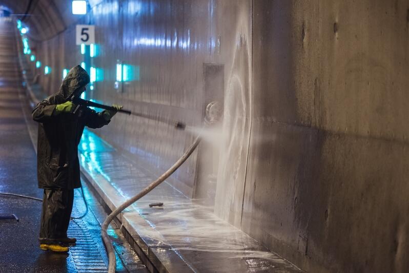 Podczas prac serwisowych w tunelu wyczyszczona zostanie kanalizacja deszczowa, sprawdzone głośniki, oczyszczone oświetlenie orientacyjne, szafy SOS oraz kamery monitoringu