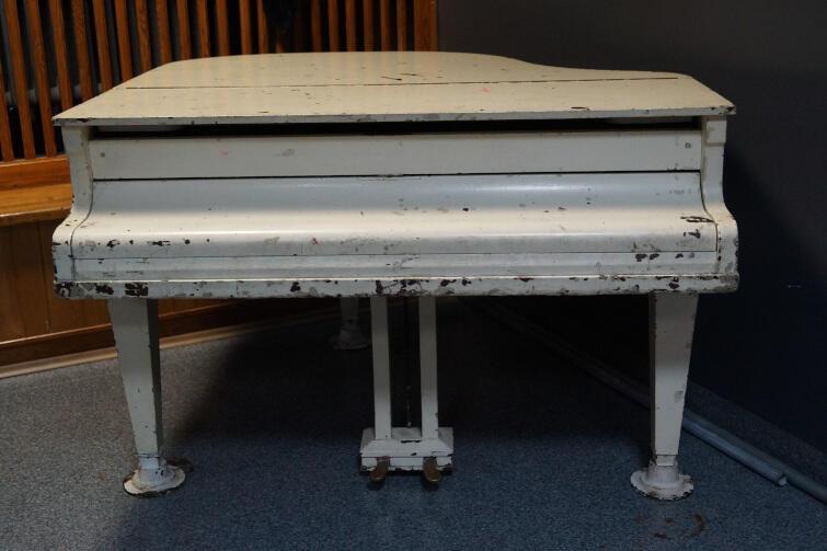 Charakterystyczny fortepian pomalowany olejną białą farbą po burzliwych losach skończył w brzeźnieńskiej Projektorni - oddziale Gdańskiego Archipelagu Kultury