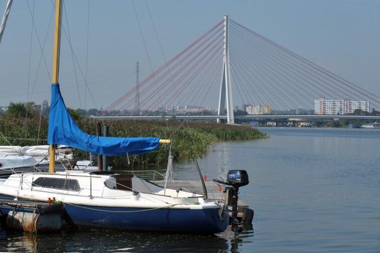 Widok na Most im. Jana Pawła II z perspektywy Martwej Wisły, od strony przystani Stewa w Gdańsku - Rudnikach
