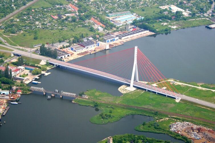 Widok z powietrza. Most Jana Pawła II z Trasa Sucharskiego i Tunelem pod Martwą Wisłą stanowi dziś jeden z najważniejszych ciągów komunikacyjnych w mieściw