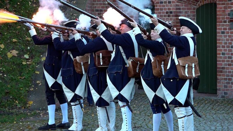 Tak jak w roku ubiegłym, wciągnięciu flagi towarzyszyła uroczysta salwa w asyście Garnizonu Gdańskiego