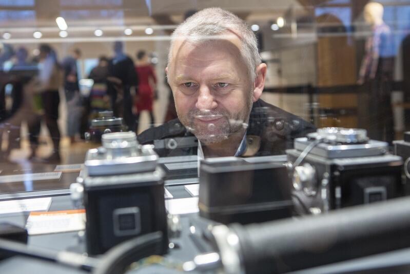 Tak może patrzeć wyłącznie pasjonat... Nz. Grzegorz Mehring - autor wystawy Polskie Aparaty Fotograficzne