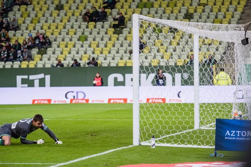 Na początku spotkania na Stadionie Energa Gdańsk, pomocnik Pogoni huknął zza pola karnego. Piłka wpadła tuż przy słupku i zatrzepotała w siatce Lechii. Bramkarz Dusan Kuciak był bez szans. Biało-Zieloni mieli jeszcze ponad 80 minut, by odwrócić losy meczu, ale nie udało się