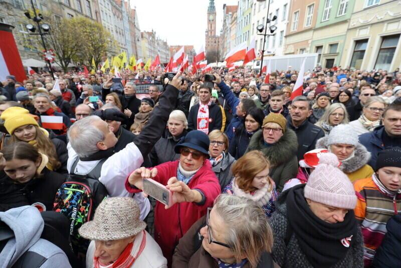 Na Długim Targu uczestnicy parady odśpiewali Hymn Polski, była też okazji do wspólnego selfie, a w niebo pofrunęły gołębie
