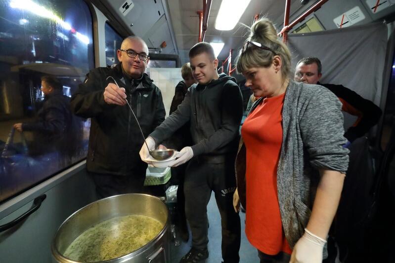 Inauguracyjną porcję zupy nalewa Piotr Kowalczuk zca prezydent Gdańska