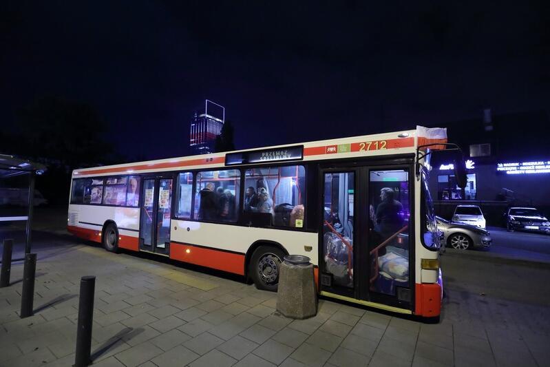 11 listopada 2019 r., pierwszy wieczór kursowania Autobusu SOS, przystanek na pętli SKM Przymorze