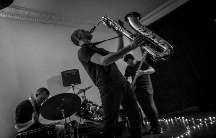 Muzycy Pokusy łączą jazz tradycyjny i improwizowany z muzyką elektroniczną, eksperymentalną i hiphopowo-popularną. Grają w składzie: Natan Kryszk (saksofon barytonowy), Tymek Bryndal (bas) i Teo Olter (perkusja)