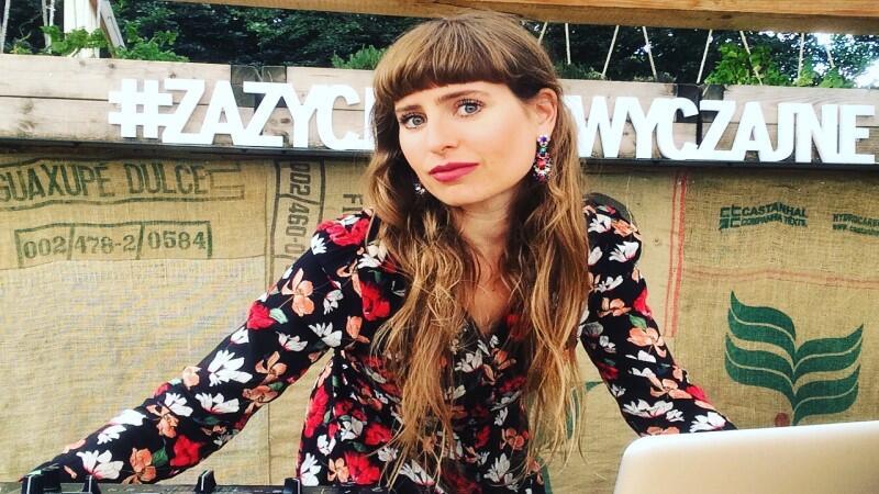 Miss Jeziersky uwielbia dziewczyńskie przeboje lat 80. i 90., które eklektycznie łączy z muzyką soul, R&B, a także elementami hip-hopu
