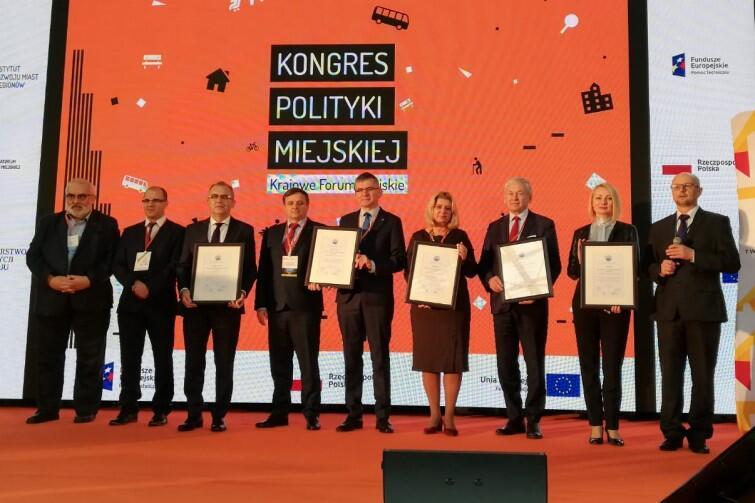Gala Kongresu Polityki Miejskiej w Kielcach - na scenie przedstawiciele nagrodzonych miast i gmin. Druga od prawej - Edyta Damszel-Turek, dyrektor Biura Rozwoju Gdańska