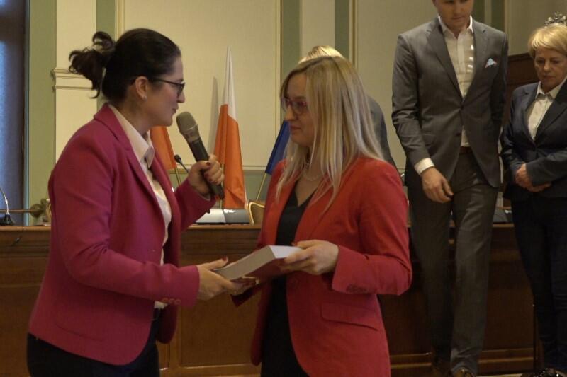 Prezydent Aleksandra Dulkiewicz przekazała Agnieszce Owczarczak, przewodniczącej Rady Miasta Gdańska, szczegółowy wydruk projektu budżetu w formie księgi. - Teraz to radni będą mieli czas, żeby zapoznać się z tym dokumentem, nanieść ewentualne uwagi - mówi Agnieszka Owczarczak