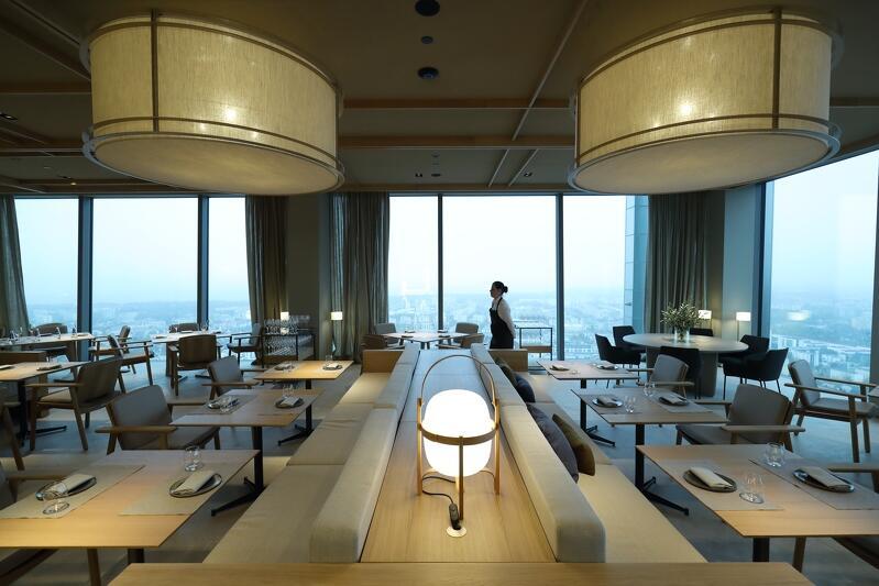 Treinta e tres, widoczna na zdjęciu, to jedna z dwóch restauracji znajdujących się na 33. piętrze Olivii Star. W tej restauracji serwowane będą przekąski, śniadani i tzw. lunche, czyli posiłki spożywane podczas przerwy obiadowej