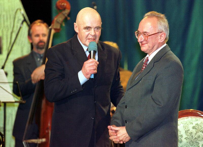 20.11.2000 r. - Benefis Zbigniewa Jujki w Teatrze Wybrzeże. Nz. jubilat wraz ze Stanisławem Tymem