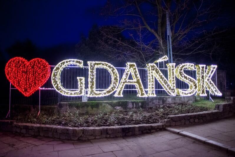 Świąteczna wersja napisu `Gdańsk` - część iluminacji Parku Oliwskiego