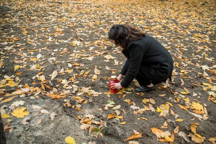 Prezydent Dulkiewicz zapaliła znicz również na terenie wykopalisk, gdzie odkryto szczątki osób poległych w czasie wojny