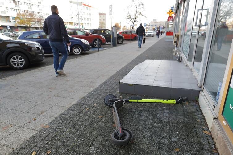 Leżąca hulajnoga elektryczna to bardzo częsty widok na gdańskich ulicach