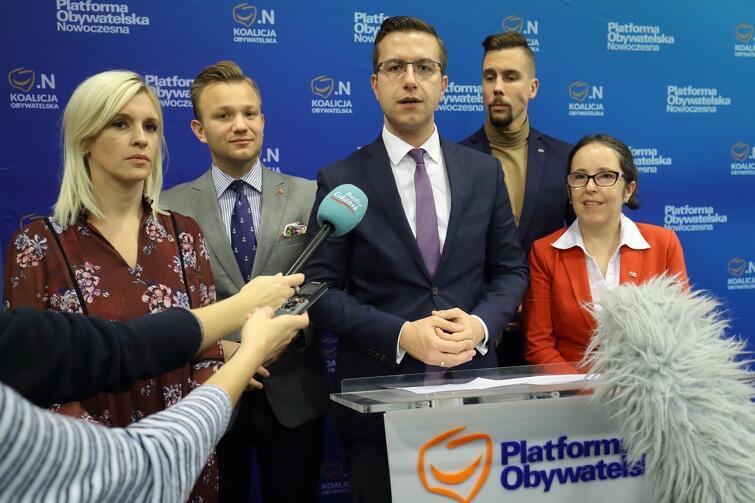 Radni Koalicji Obywatelskiej w Radzie Miasta Gdańska opowiedzieli we wtorek o swoim pomyśle na rozwiązanie tego problemu. Na zdjęciu (od lewej): Emilia Lodzińska, Mateusz Skarbek, Cezary Śpiewak-Dowbór, Łukasz Bejm i Kamila Błaszczyk