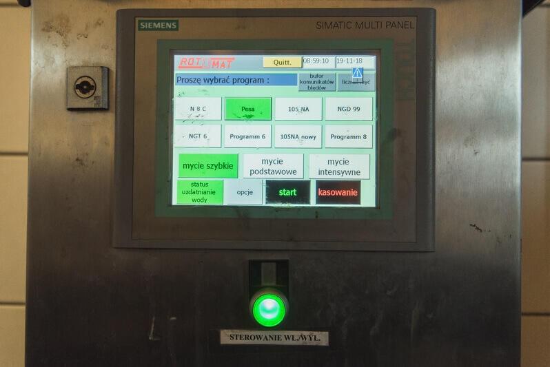 Na ekranie komputera sterującego myjnią wybrać trzeba jedną z opcji mycia: szybkie, podstawowe lub intensywne (w zależności od stopnia zabrudzenia) oraz typ mytego tramwaju