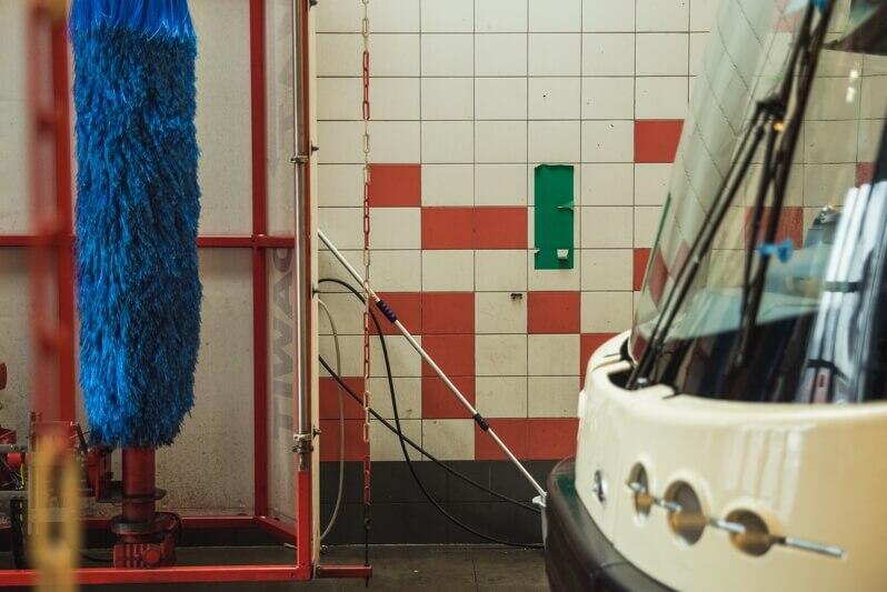 Kiedy tramwaj zostanie wprowadzony do myjni dopilnować trzeba, by jego przód znalazł się na wysokości zielonego prostokąta naklejonego na ścianie myjni