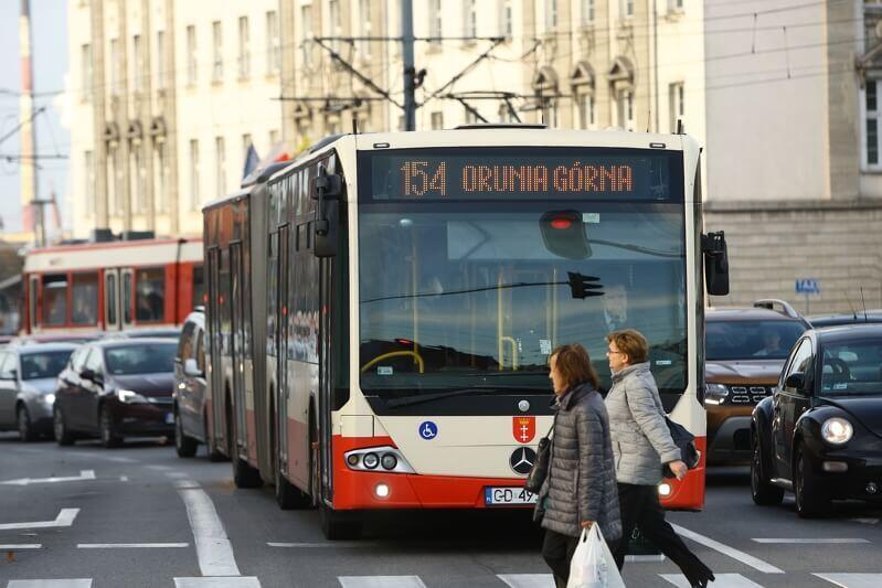 Gdański autobus oraz tramwaj przy Hucisku