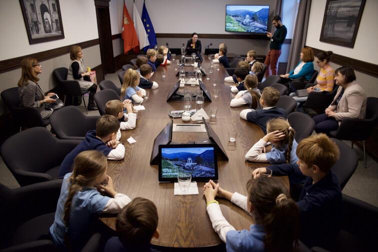 Dzieci dobrze się przygotowały - dominowały trudne pytania dotyczące szczegółów pracy prezydent, ale były też takie dotyczące jej hobby i ulubionych miejsc w Gdańsku