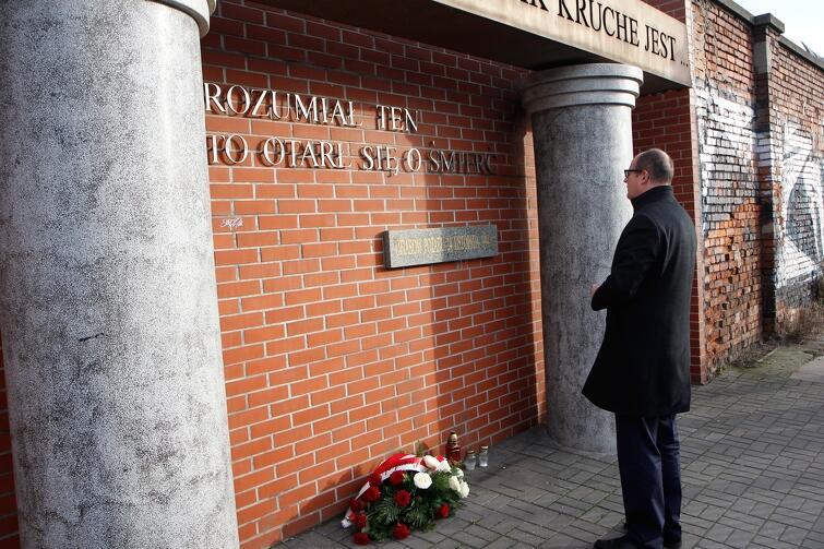 Prezydent Gdańska Paweł Adamowicz składa kwiaty pod pomnikiem poświęconym ofiarom pożaru, 2014 r.