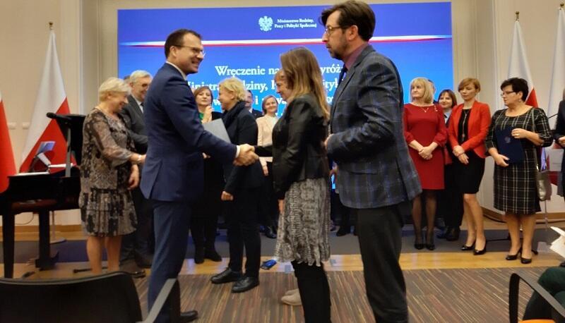 Przedstawiciele gdańskiego MOPR-u odbierają nagrodę