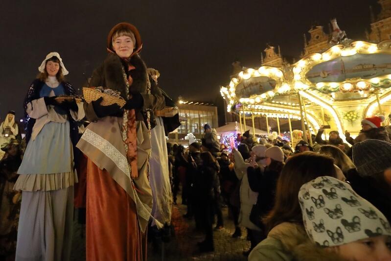 W Paradzie przeszły m.in. dawne gdańskie mieszczki. Poruszały się... na szczudłach