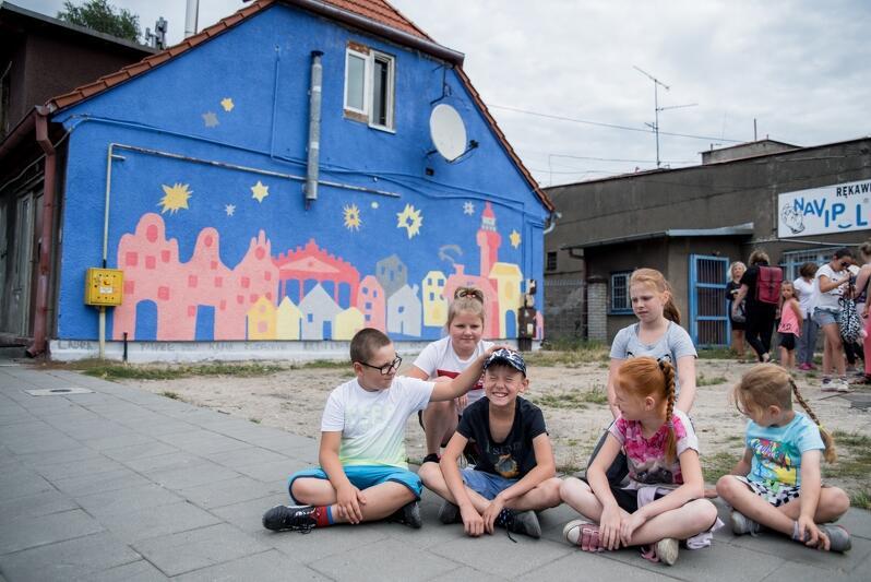 """Dzieci namalowały mural w ramach projektu Muzeum Gdańska """"Nowy Port - nowe spojrzenie"""""""