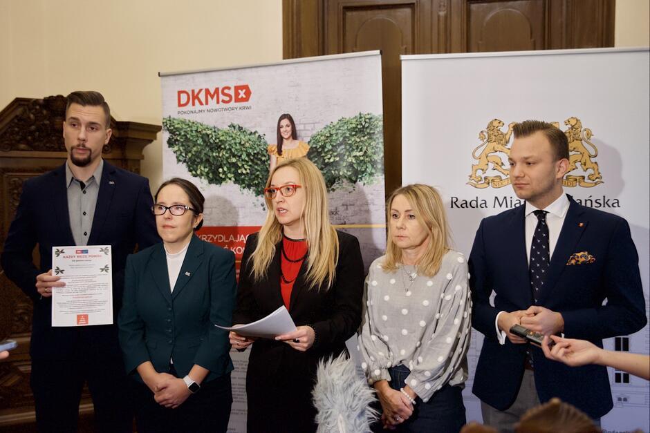 Miejscy radni zachęcają do rejestrowania się w bazie DKMS. Na zdjęciu (od lewej): Łukasz Bejm, Kamila Błaszczyk, Agnieszka Owczarczak, Beata Dunajewska i Mateusz Skarbek